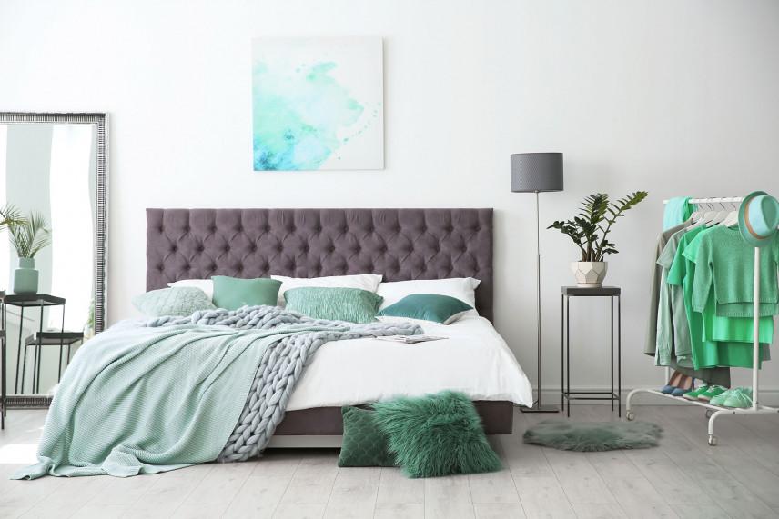 Brązowe łóżko
