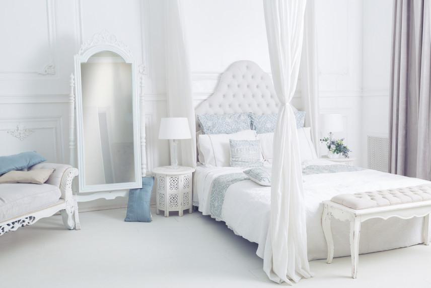 Biała sypialnia z pięknym lustrem