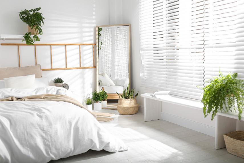 Biała sypialnia z lustrem
