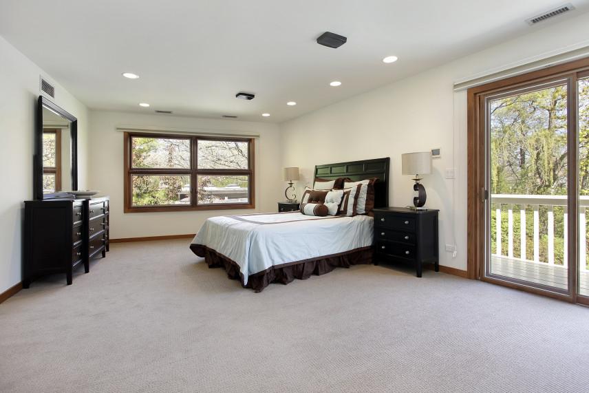 Sypialnia z brązowymi meblami