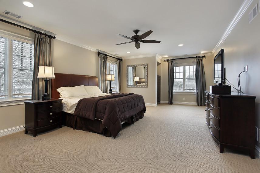 Aranżacja sypialni z wiatrakiem sufitowym