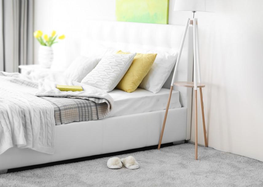 Łóżko małżeńskie w sypialni