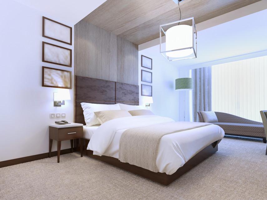 Drewniany zagłówek w łóżku małżeńskim