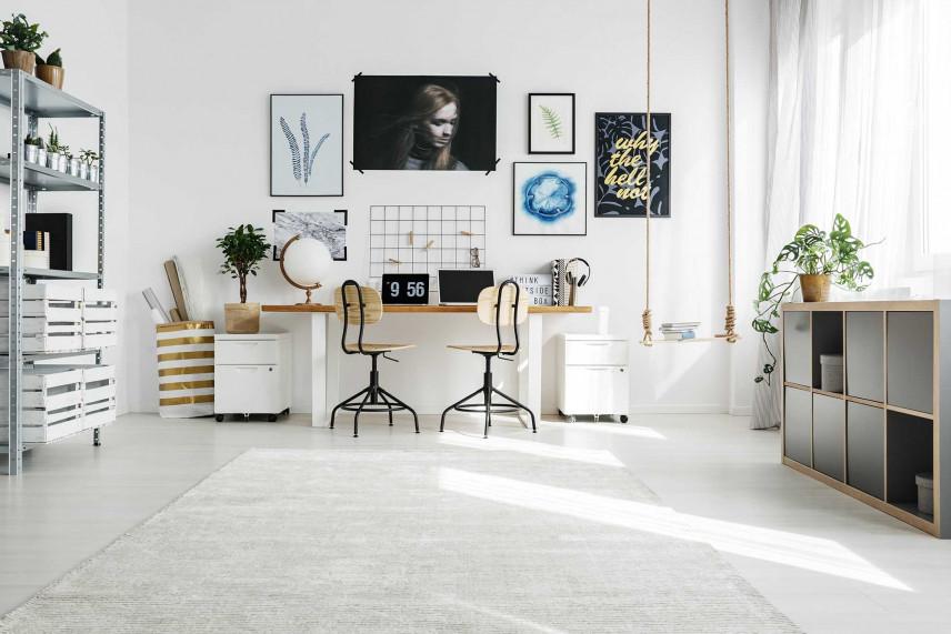 Małe biurko w dużej przestrzeni