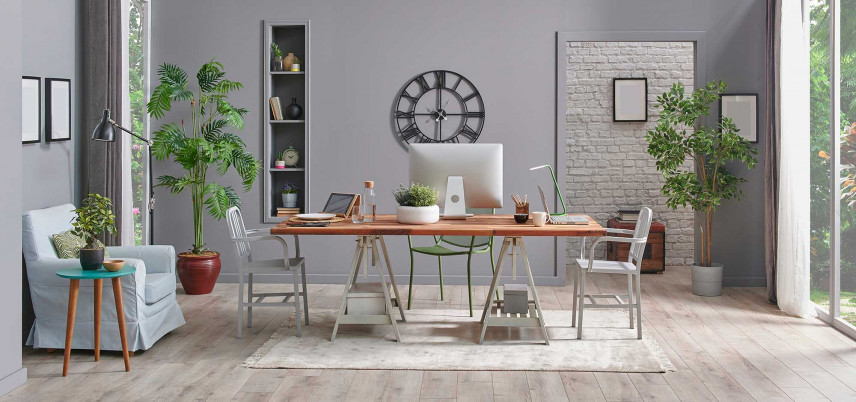 Przestrzeń biurowa na stole w jadalni