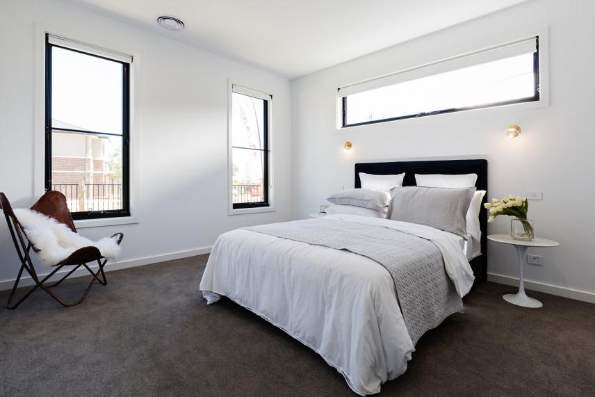 Sypialnia z białymi roletami