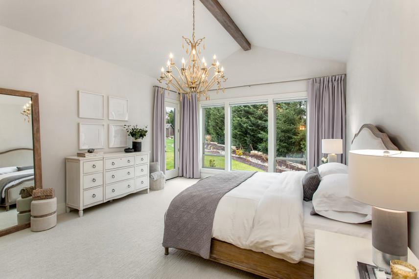 Biała sypialnia z żyrandolem