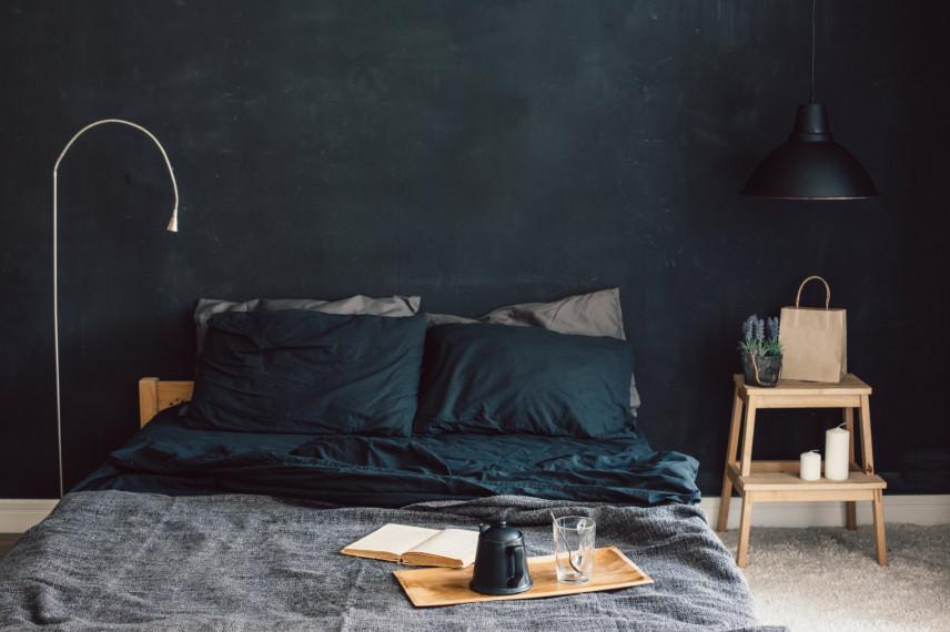 Sypialnia z czarną lampą
