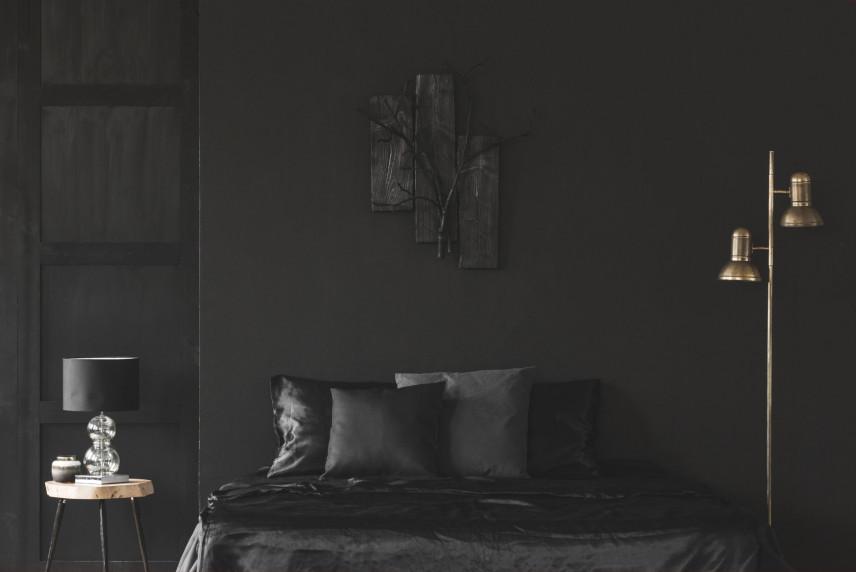 Czarna sypialnia z czarnymi ścianami