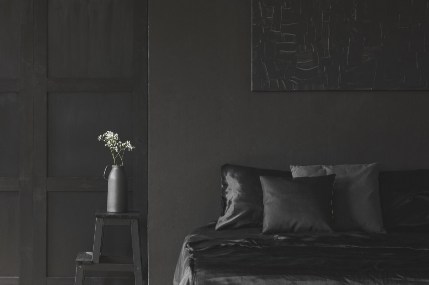 Aranżacja sypialni z czarnym obrazem