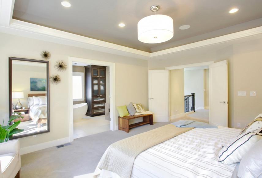 Projekt sypialni z dużym lustrem