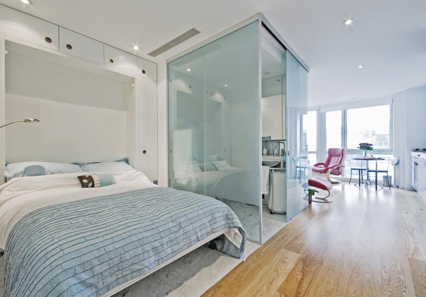 Aranżacja sypialni z przeszkloną łazienką
