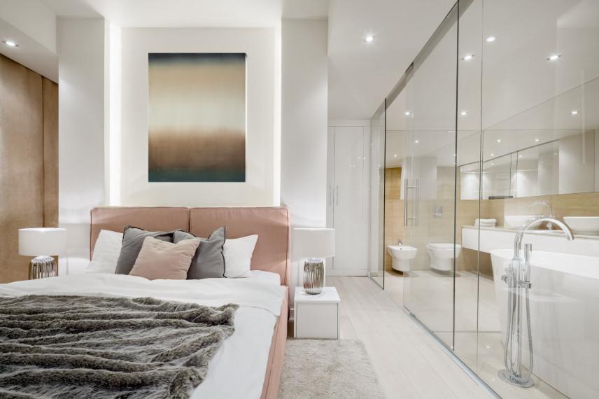 Biała sypialnia z różowym łóżkiem