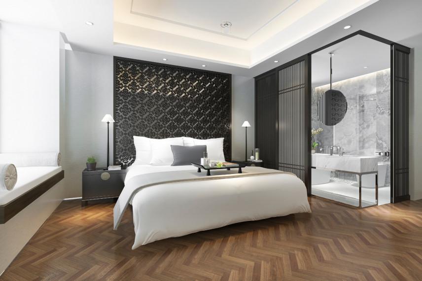 Sypialnia z drewnianą podłogą