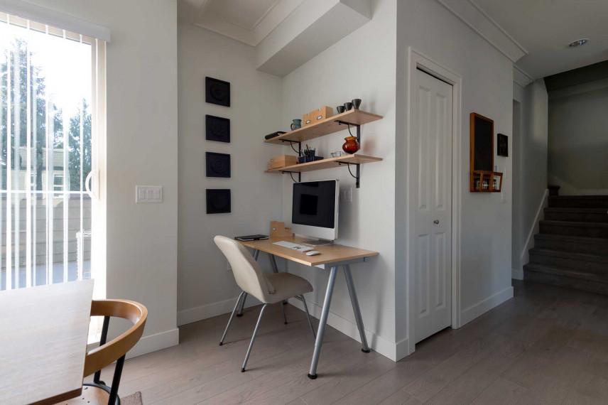 Małe biurko w rogu