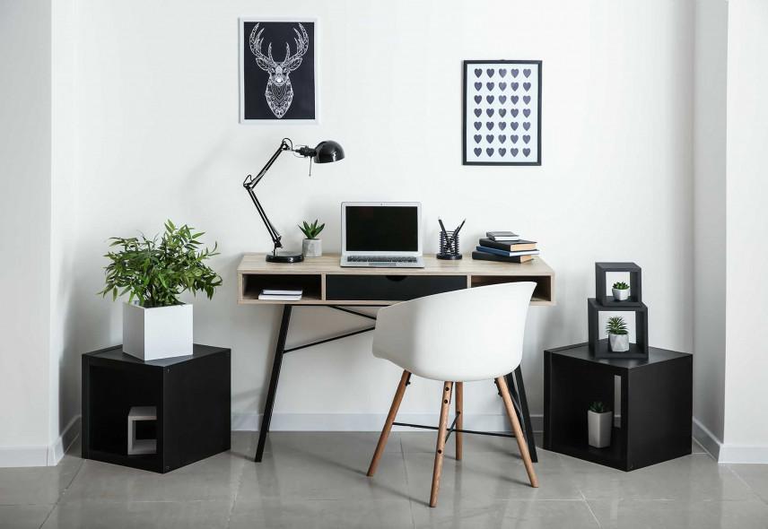 Skandynawskie biurko w salonie