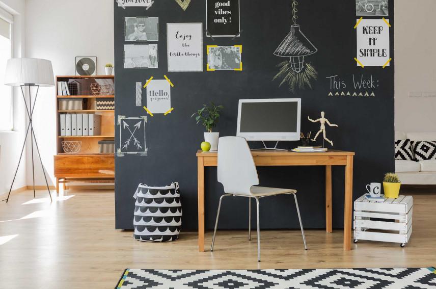 Drewniane biurko i czarna ściana
