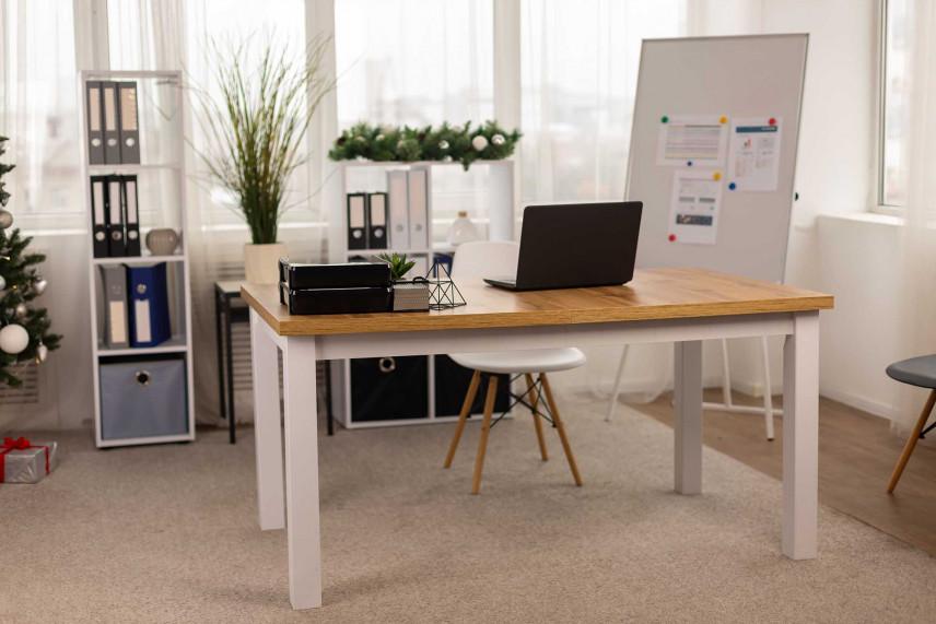 Klasyczne, proste biurko z białymi nogami
