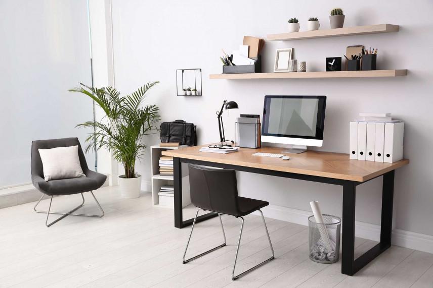 Masywne biurko z czarnymi nogami