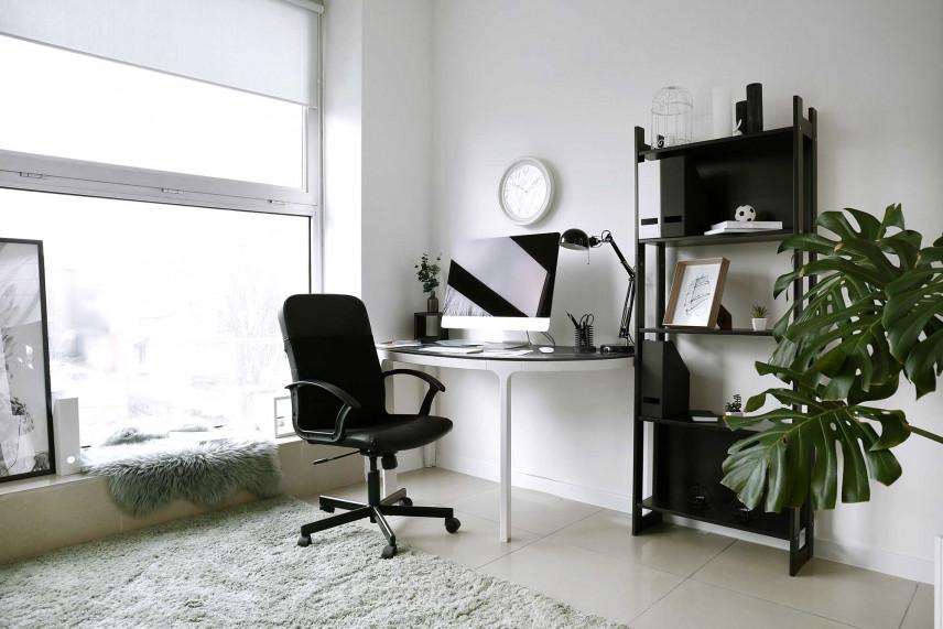 Mała przestrzeń do pracy w rogu pokoju