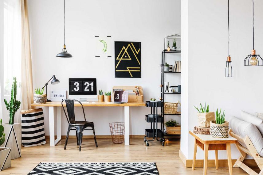 Biała aranżacja przestrzeni biurowej w domu