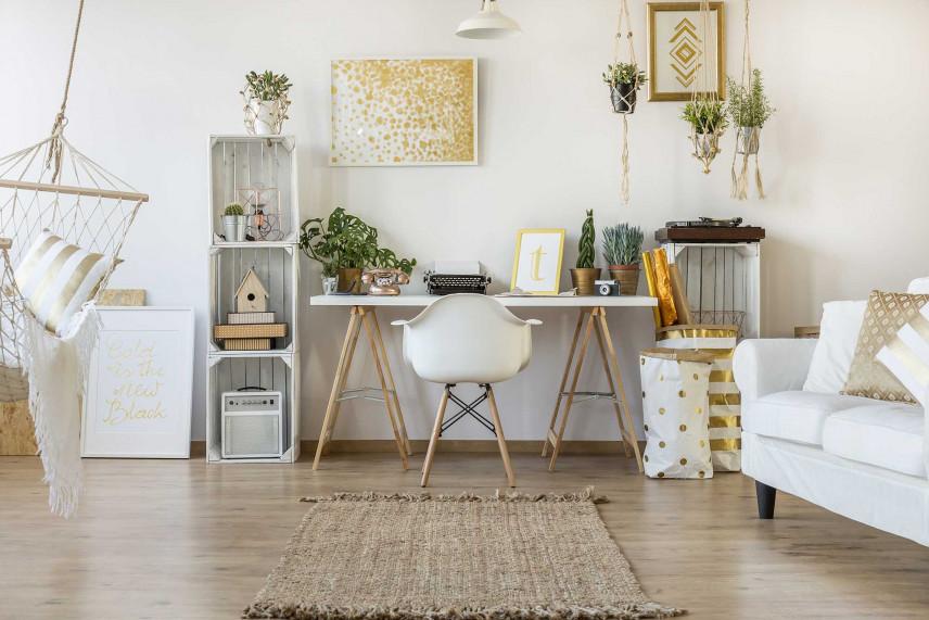 Białe biurko z nogami typu koziołki