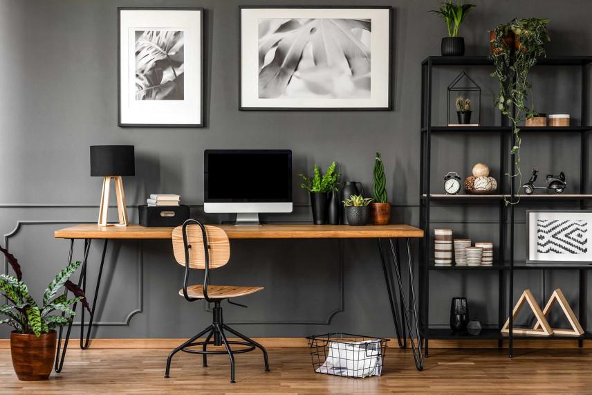 Ciemna ściana i drewniane biurko