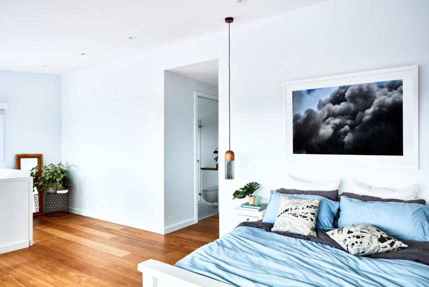 Sypialnia z klimatycznym obrazem
