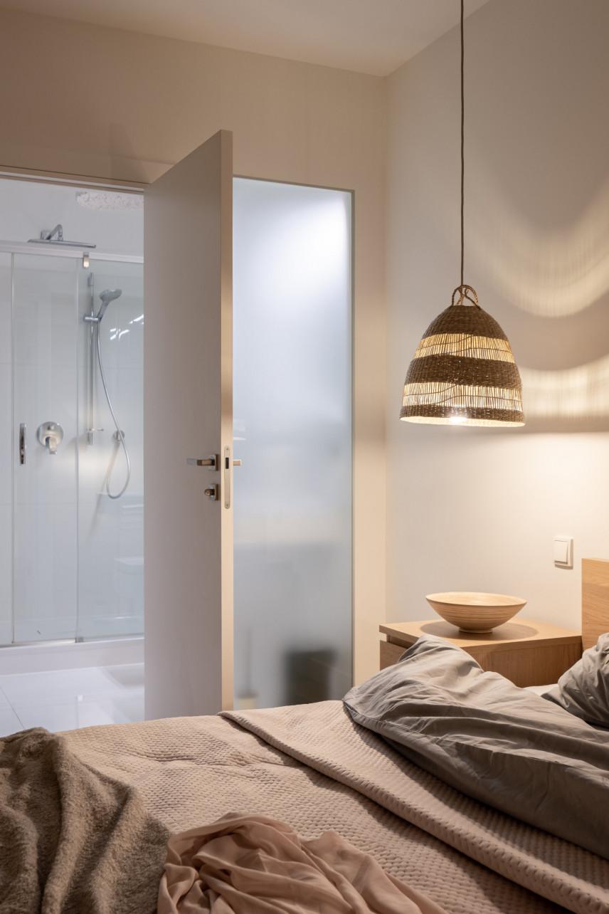 Sypialnia ze stylową lampą wiszącą