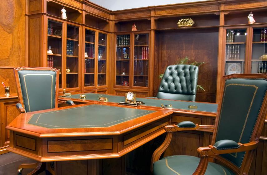 Duże, masywne biurko i biblioteczka