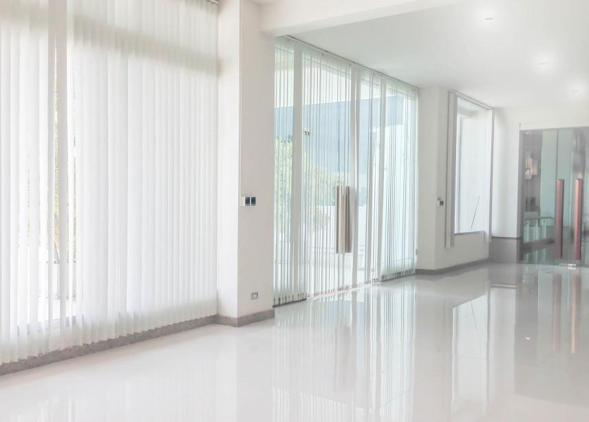 Przestronne biuro z żaluzjami na oknach