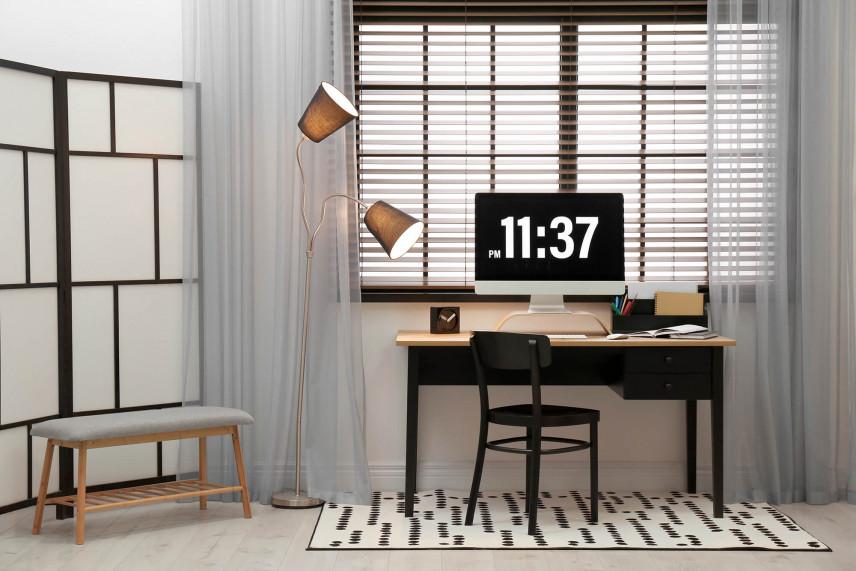 Małe biurko w mieszkaniu