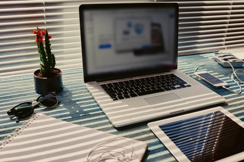 Biurko przy oknie z żaluzjami