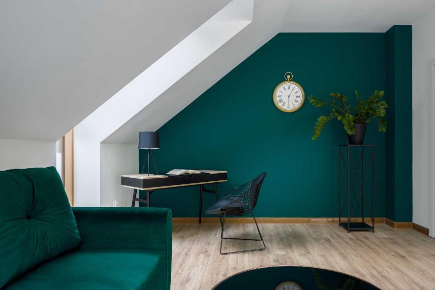 Biuro na poddaszu z butelkową zielenią na ścianie