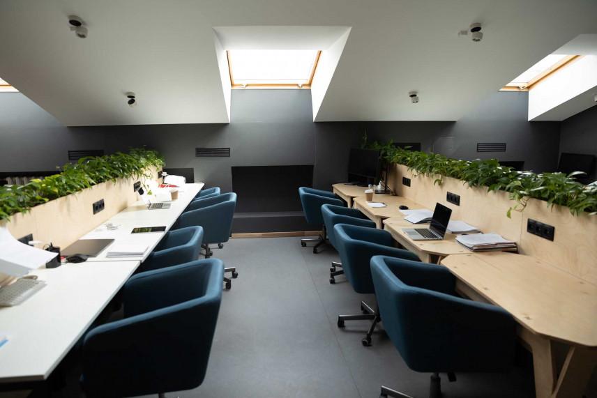 Biuro dla wielu osób położone na poddaszu