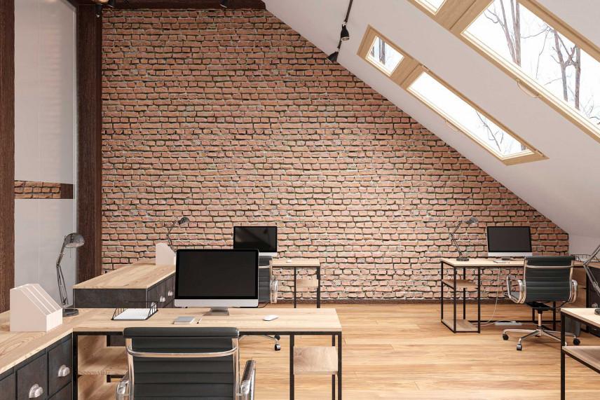 Biuro na poddaszu z cegłą i drewnem