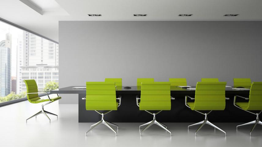 Duże biuro z zielonymi fotelami
