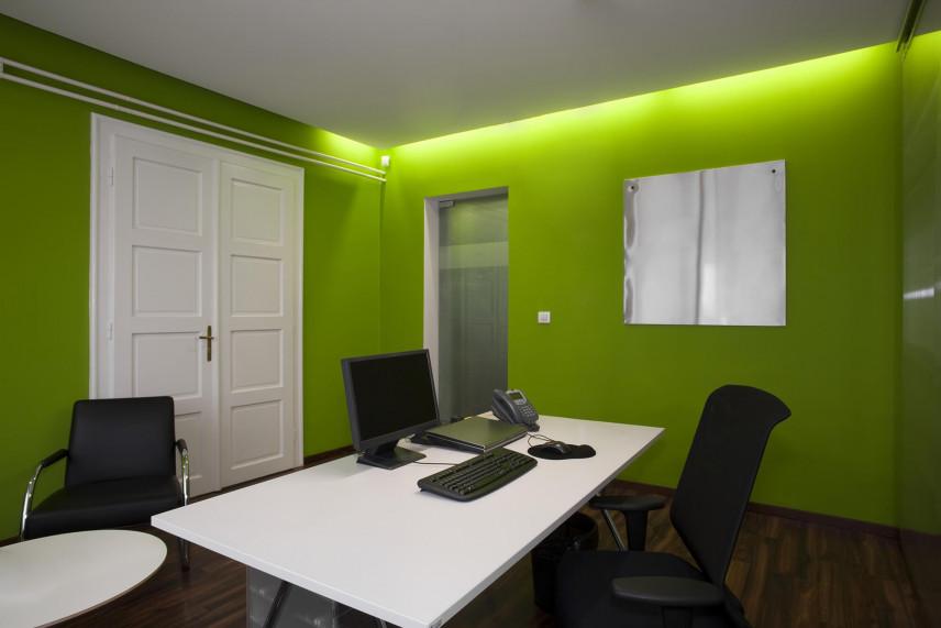 Sala konferencyjna z zieloną ścianą