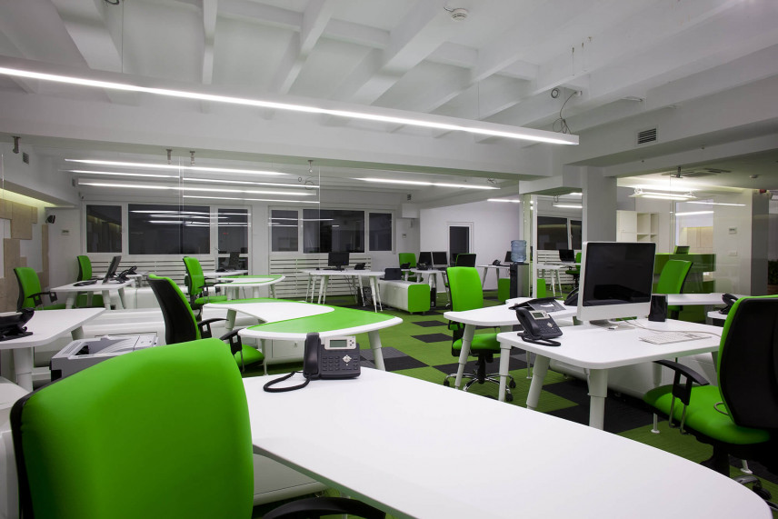 Zielone fotele biurowe w biurze