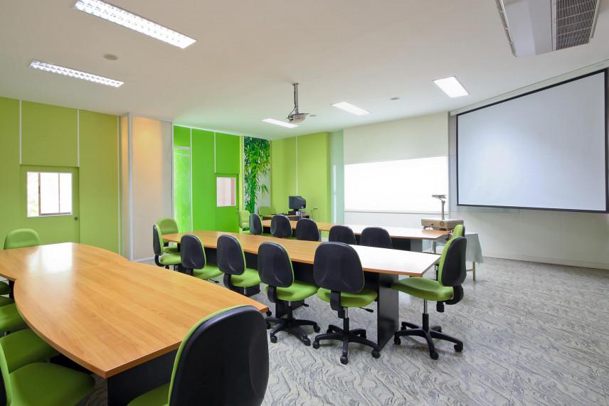 Sala konferencyjna z zielonym akcentem