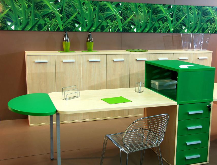 Małe biurko z zieloną szafką