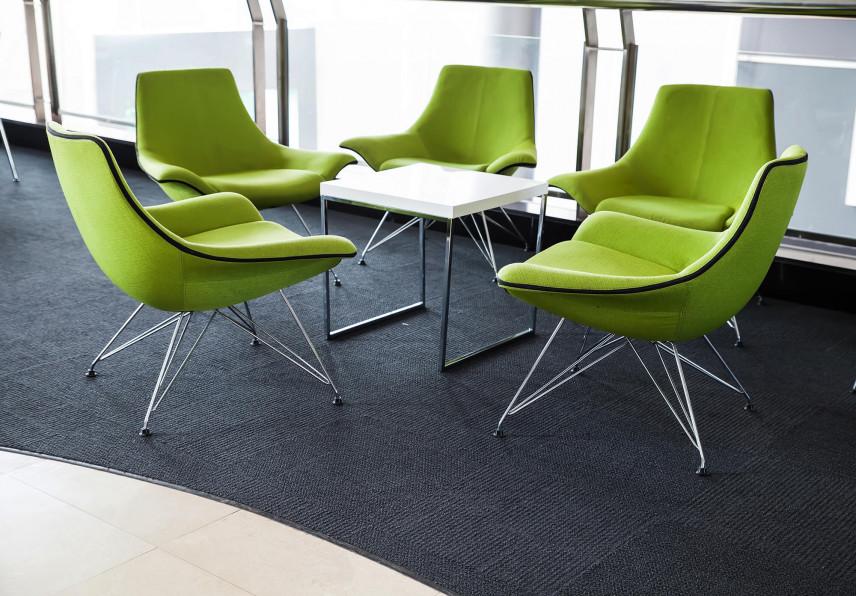 Zielone fotele w biurze