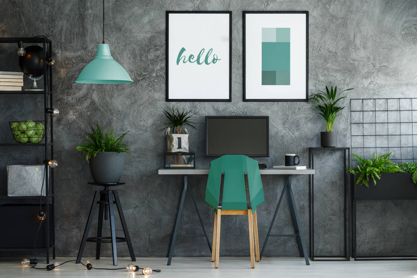 Biurko z betonową ścianą w tle
