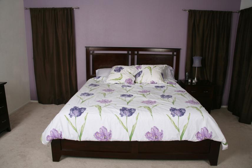 Aranżacja sypialni z fioletowymi ścianami