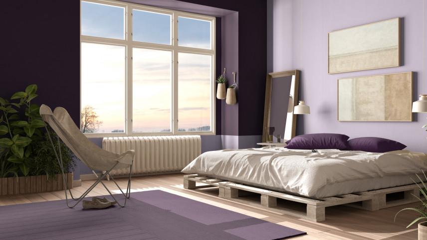 Fioletowa sypialnia z łóżkiem z  palet