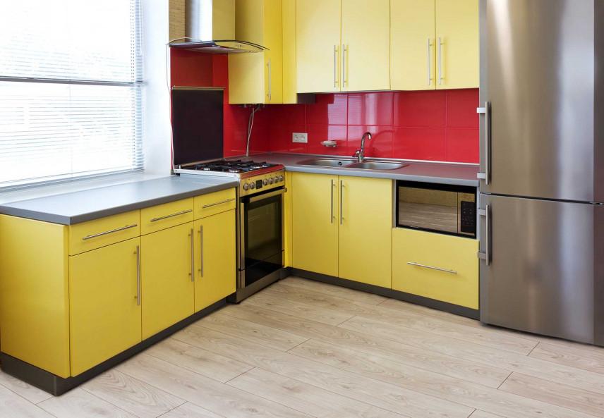 Nowoczesna kuchnia zółto-czerwona
