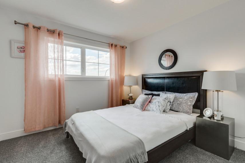 Aranżacja sypialni z różowymi zasłonami