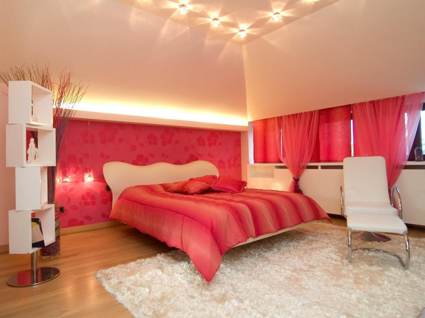 Czerwone ściany w sypialni