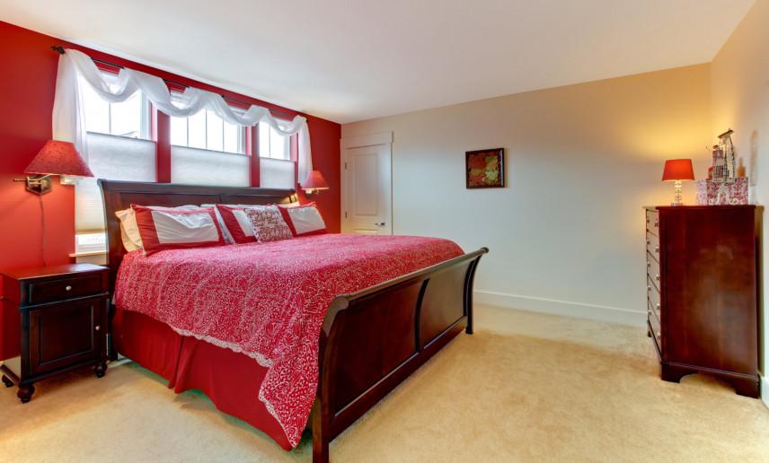 Czerwona ściana w sypialni