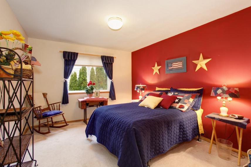 Klasyczna sypialnia z czerwoną ścianą
